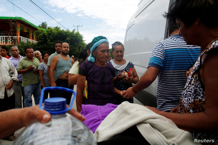 Women queue for donated food given by volunteers after an earthquake that struck the southern coast of Mexico late on Thursday, in Ixtaltepec, Mexico, Sept. 10, 2017.