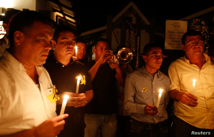 Residents hold lighted candles as they pay homage in front of the house of Colombian Nobel Prize laureate Gabriel Garcia Marquez in Aracataca, April 17, 2014.