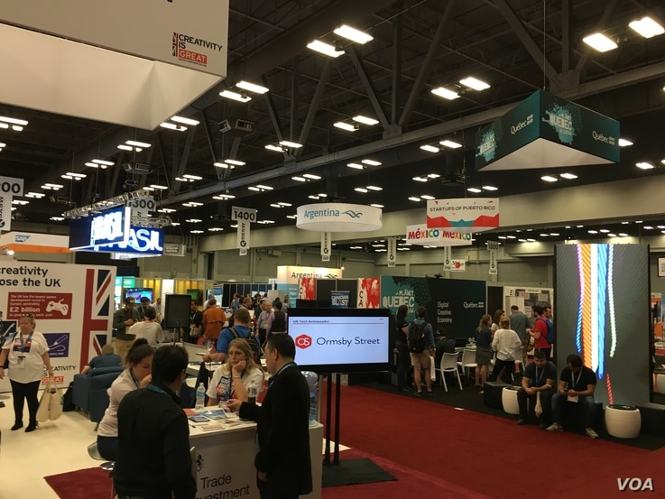 Hundreds of innovators gather at SXSW Trade Show at the Austin Convention Center in Texas, to show their latest Apps, gadgets, products and software. (A. Pimienta / VOA)