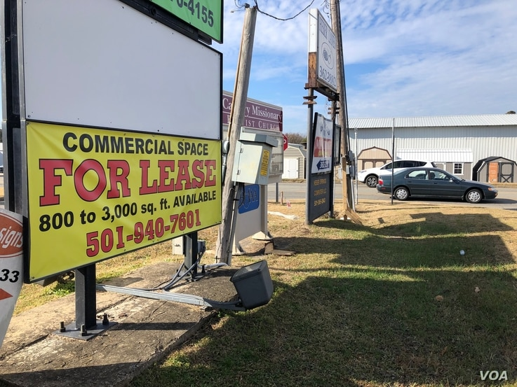 "Empty storefronts and ""for lease"" signs are common in towns like Heber Springs, where a lot of business has moved online, Nov. 28, 2019 (T.Krug/VOA)"