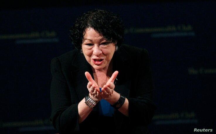 U.S. Supreme Court justice Sonia Sotomayor gestures to the audience after speaking at The Commonwealth Club of California in San Francisco, California January 28, 2013.  REUTERS/Robert Galbraith  (UNITED STATES - Tags: POLITICS CRIME LAW) - RTR3D3LF