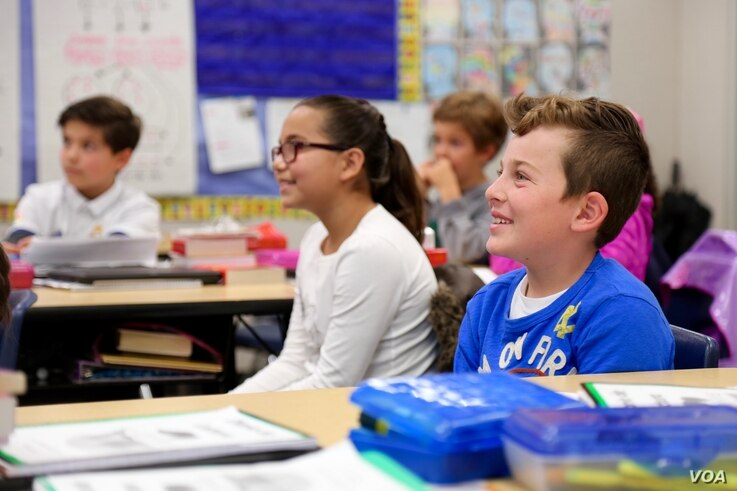 Dual-immersion students participate in a class discussion at Salt Creek Elementary School. (R. Taylor/VOA)