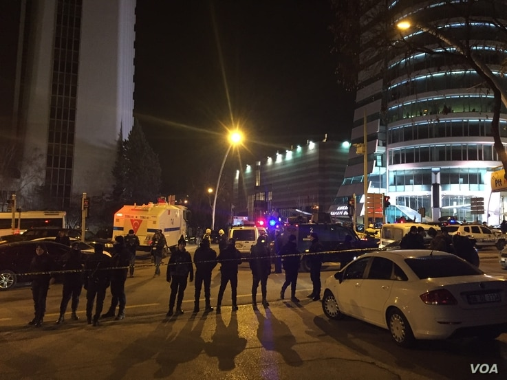 Police create a barrier in Ankara after a gunman shot Russia's ambassador to Turkey at an art exhibition. (Y.Yazicioglu/VOA)