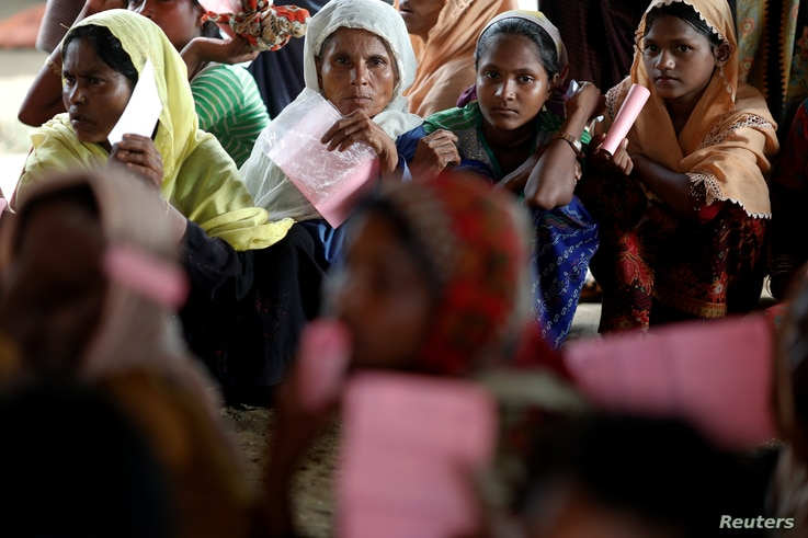 Rohingya refugees wait for humanitarian aid to be distributed at the Kutupalang refugee camp in Cox's Bazar, Bangladesh Oct. 2, 2017.