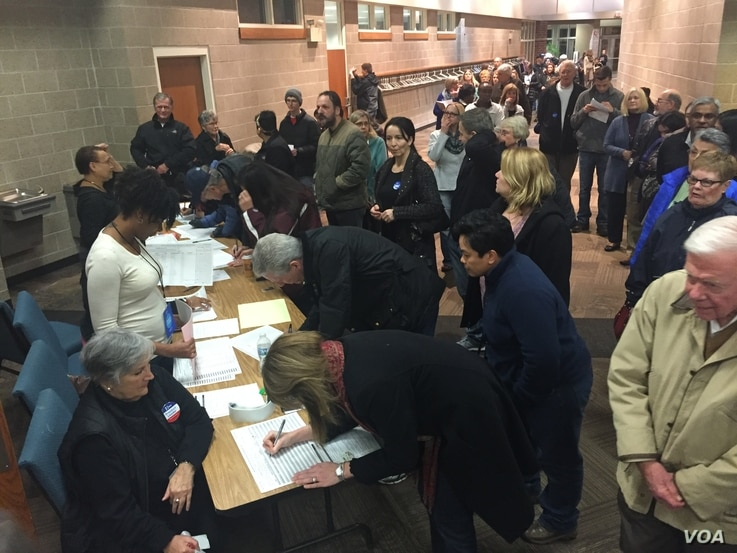 Democrats sign up for their caucus, West Des Moines, Iowa, Feb. 1, 2016. (K. Farabaugh/VOA)