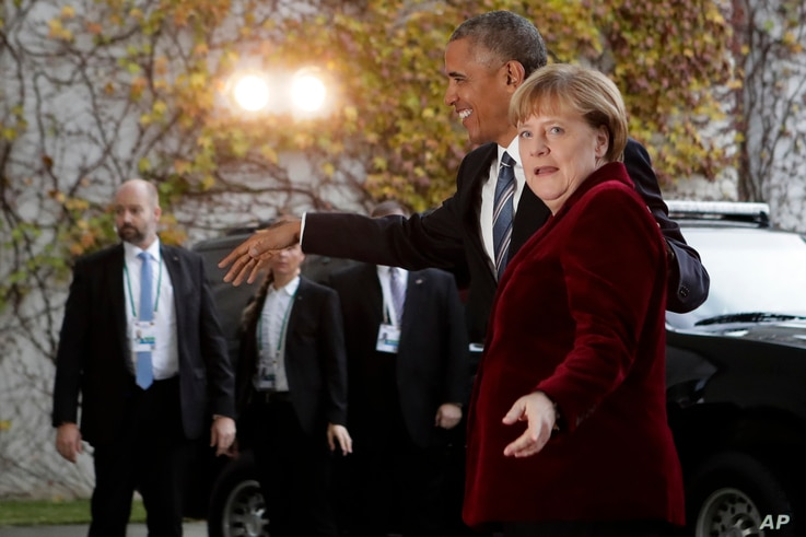 German Chancellor Angela Merkel, right, welcomes President Barack Obama for a meeting at the chancellery in Berlin, Nov. 17, 2016.