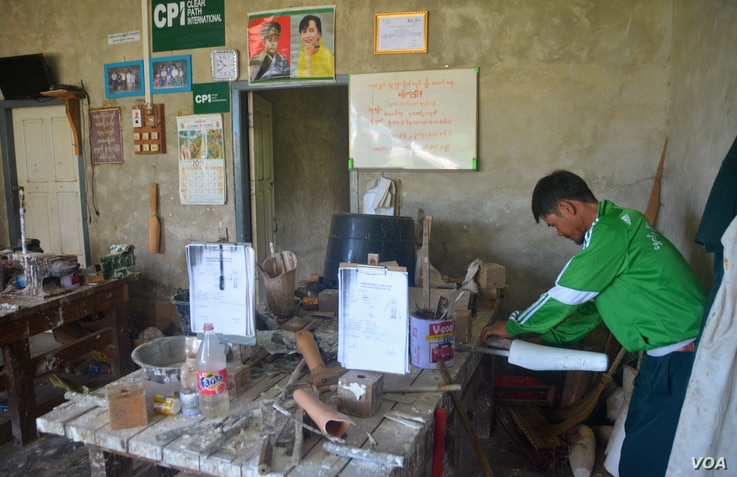 A former Karenni fighter who lost a leg to a landmine works on prosthetic leg in a workshop in Loikaw. (P. Vrieze/VOA)