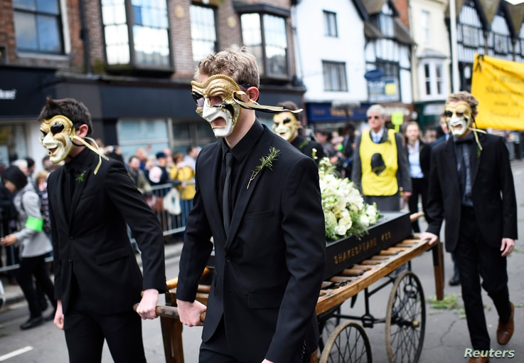 People take part in a procession during celebrations to mark the 400th anniversary of the William Shakespeare's death in the city of his birth, Stratford-Upon-Avon, Britain, April 23, 2016.