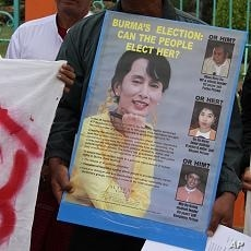 Protester holds opposition leader Aung San Suu Kyi's poster outside a public park in Mae Sot, Thailand, 07 Nov 2010