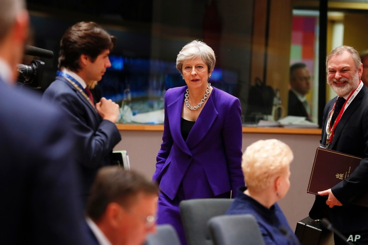British Prime Minister Theresa May, center, arrives for a round table meeting at an EU summit in Brussels, Oct. 18, 2018.