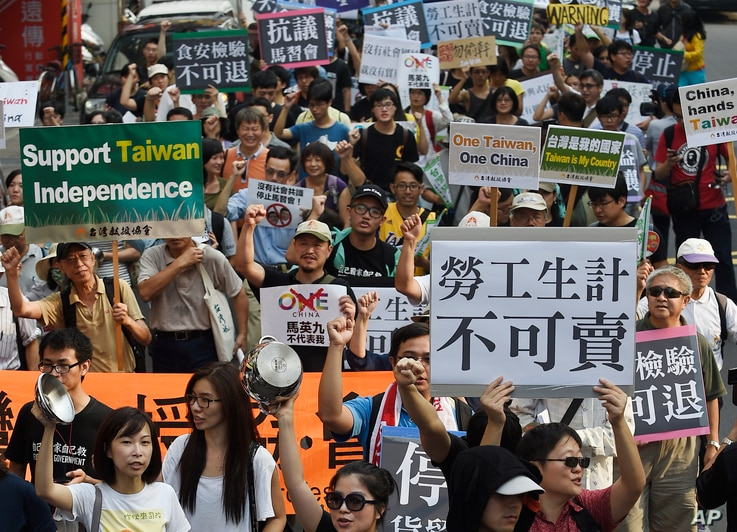 Protesters rally against the meeting of Taiwan President Ma Ying-jeou and China counterpart Xi Jinping in Singapore outside of the Songshan Airport in Taipei, Taiwan, Nov. 7, 2015.