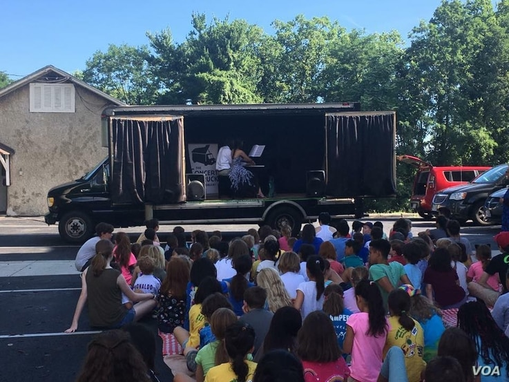 Luby and Zhang perform for campers in Washington, DC, during their 2017 tour. (Photo: The Concert Truck)