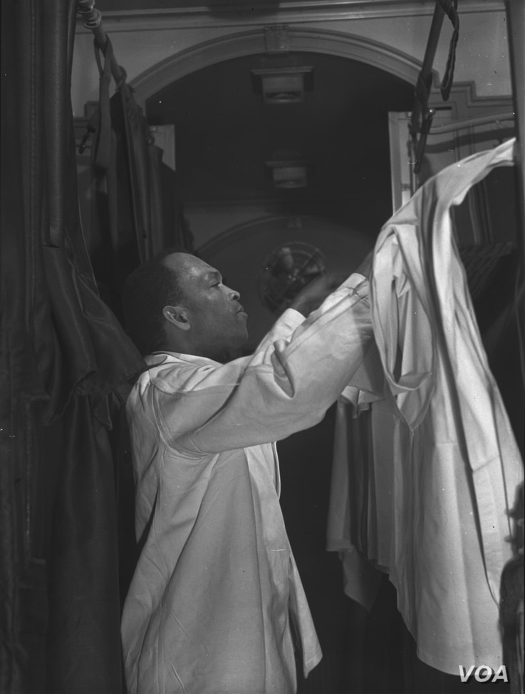 "Pullman porter making up an upper berth aboard the ""Capitol Limited,"" bound for Chicago, Illinois, 1942"
