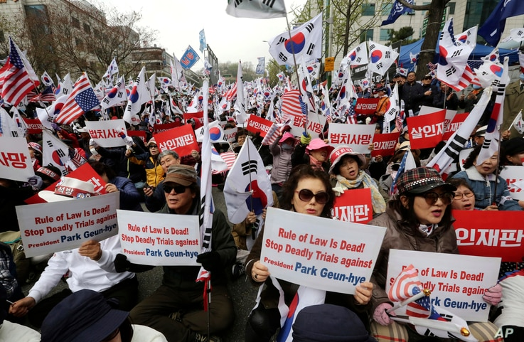 Supporters of former South Korean President Park Geun-hye stage a rally to call for her release near the Seoul Central District Court in Seoul, South Korea, April 6, 2018.
