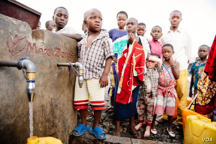 Children prepare to wash their hands, in Goma, Democratic Republic of Congo. (Courtesy of Mercy Corps.)