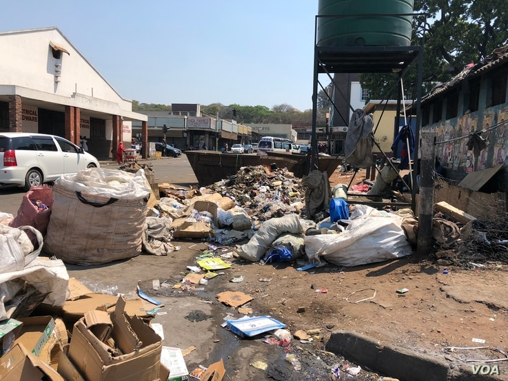 In Zimbabwe trash can go for days or weeks without being collected which experts is one of the factors for spreading cholera outbreak in Harare, Sept. 16,  2018.