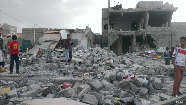 """Months after an airstrike on a neighborhood populated by black Yemenis - or """"Muhamasheen"""" - more than a hundred buildings still remain in rubble and survivors continue to search for any valuables, in Sana'a, Yemen, Oct. 9, 2015. (VOA/A. Mojalli)"""