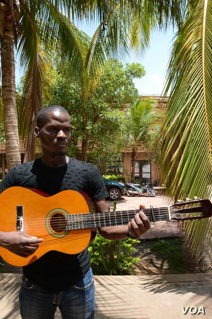 Artist Jonathan Dembele studied classical music at the Balla Fasseke Kouyate Conservatory in Mali. He says he still prefers the folk music of his Malian ethnic group. (K. Höije/VOA)