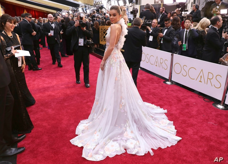 Hailee Steinfeld arrives at the Oscars on Feb. 26, 2017, at the Dolby Theatre in Los Angeles.