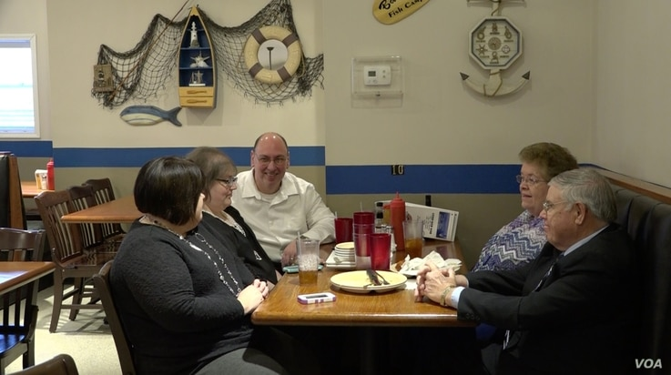 There is not a lot of agreement at this table of five at Bailey's Fish Camp in Blacksburg, where one diner backs either Marco Rubio or Ted Cruz, two lean toward Ben Carson and the fifth is waiting to decide, Feb. 19, 2016. (R. Taylor/VOA)