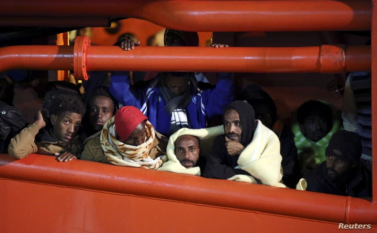 Migrants wait to disembark from a tug boat in the Sicilian harbour of Pozzallo, southern Italy, May 4, 2015. REUTERS/Antonio Parrinello