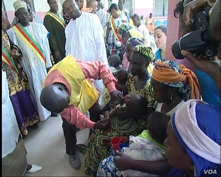 Nigerian refugees fleeing from the Islamist militant sect Boko Haram take shelter at the camp in Menowo Refugee Camp where 7,000 refugees live are suffering, in in Mayo Tsanaga Division, Cameroon, March 2014. (Moki Edwin Kindzeka/VOA)