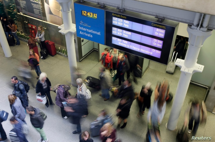 Passengers arrive from a Eurostar train at St Pancras Station in London October 10, 2014. Britain said it would start screening passengers entering the country through London's two main airports and the Eurostar rail link with Europe for possible cas...
