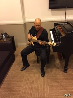 Purnell Murdock practicing in the green room at Kennedy Center before performance, Dec. 18, 2016. (Courtesy P. Murdock)