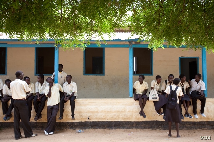 Secondary school Sudanese students during a break at Supiri Secondary School in Juba, South Sudan. The school is mixed boys and girls. (UNESCO/B. Desrus)