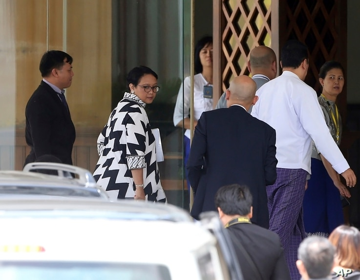 Indonesian Foreign Minister Retno Marsudi, second left, arrives at Foreign Ministry to meet with Myanmar's Foreign Minster Aung San Suu Kyi in Naypyitaw, Myanmar, Sept. 4, 2017.