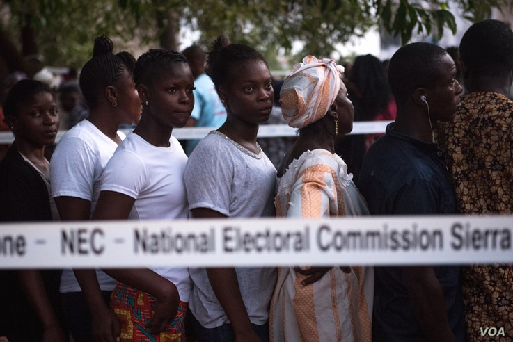 Voters line up before polls open in Freetown, Sierra Leone, March 7, 2018. (Photo: Jason Patinkin / VOA )