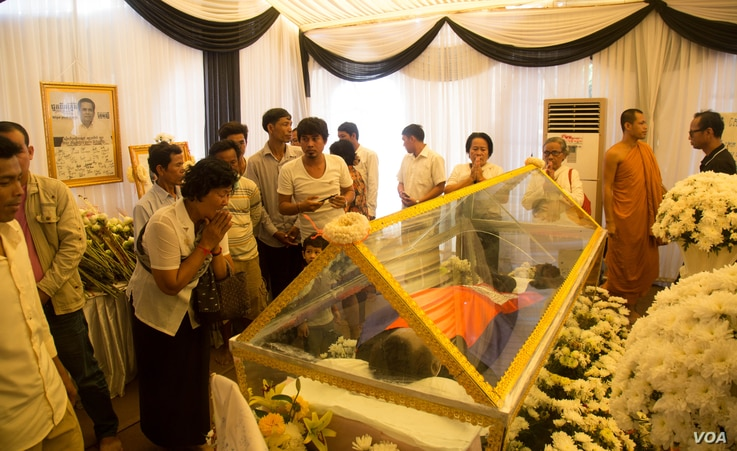 Cambodians pay respect to a slain political analyst Kem Ley on Tuesday, July 19, 2016 at Wat Chas pagoda in Phnom Penh. ( Leng Len/VOA Khmer)