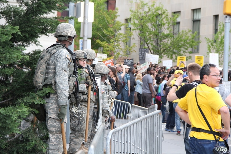 National guard troops in front of Baltimore City Hall observe as more than 1000 student protesters arrive, April 30, 2015. (Victoria Macchi/VOA News)
