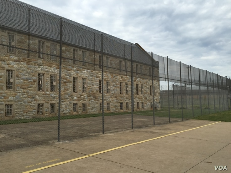 A prison exterior. A bipartisan group of senators recently announced an agreement on a criminal justice reform bill. (Carolyn Presutti/VOA News)