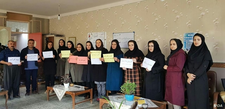 A picture sent to VOA's Kurdish Service by an Iranian education activist shows teachers holding protest signs at a school in the city of Marivan in Iran's Kurdistan province, Nov. 14, 2018.