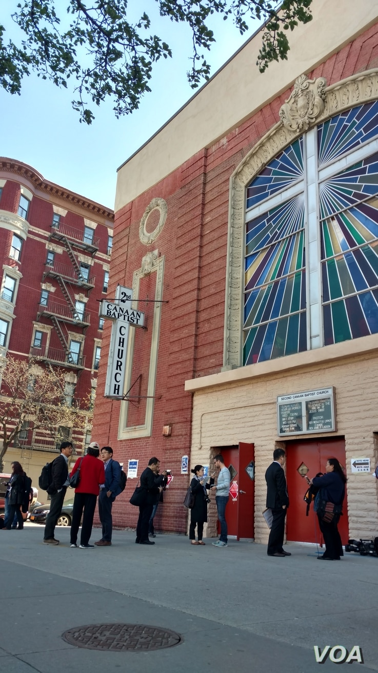 Voters line up outside a voting center at the 2nd Canaan Baptist Church in South Central Harlem, New York, April 19, 2016.  (T. Trinh / VOA)