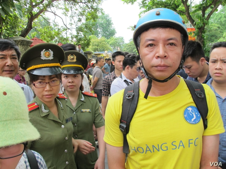 Anti-China protester surrounded by police in Hanoi, Vietnam, May 18, 2014 (Marianne Brown/VOA)
