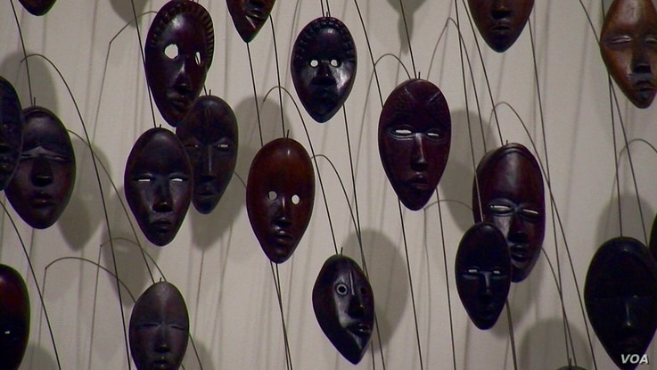 A hanging-mask artwork by African-American artist David Hammons. (L. Bryant/VOA)