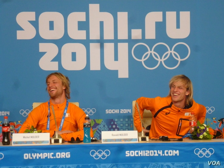Dutch twin brothers Michel (left) and Ronald Mulder at a news conference following Michel's gold medal victory in the 500-meter speed skating event and Ronald's bronze medal victory in the same event, Sochi, Russia, Feb. 11. (Parke Brewer/VOA)