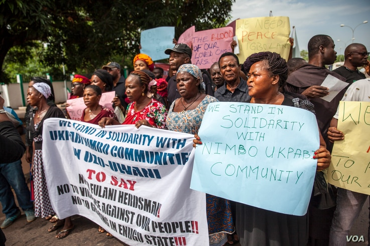 Protesters march to the office of the state governor in Enugu, Nigeria, to demand action after a suspected herdsmen attack on the village of Nimbo, May 3, 2016. (C. Stein/VOA)