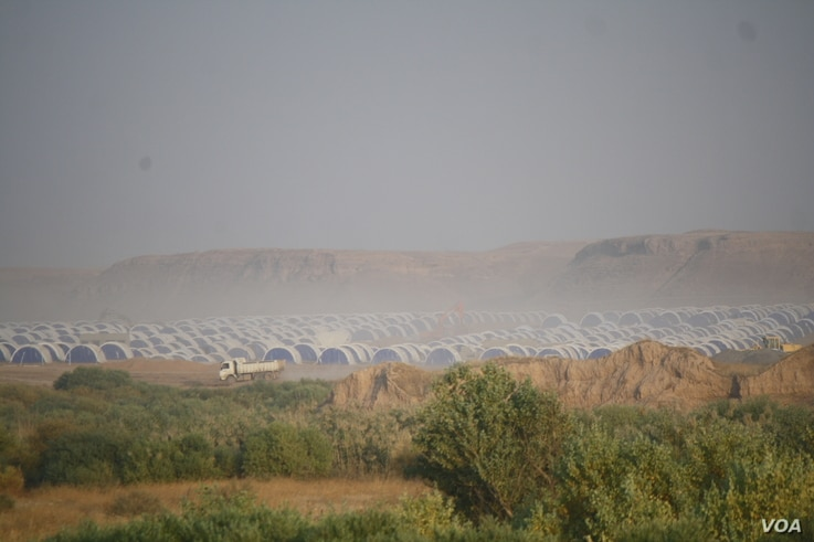 In the surrounding countryside, refugee camps are quickly filling up as construction workers race to build more in Khazir, Iraq, Nov. 9, 2016. (H.Murdock/VOA)