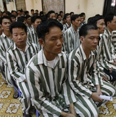 Inmates wait before they are released from Thanh Xuan prison outside Hanoi August 29, 2010