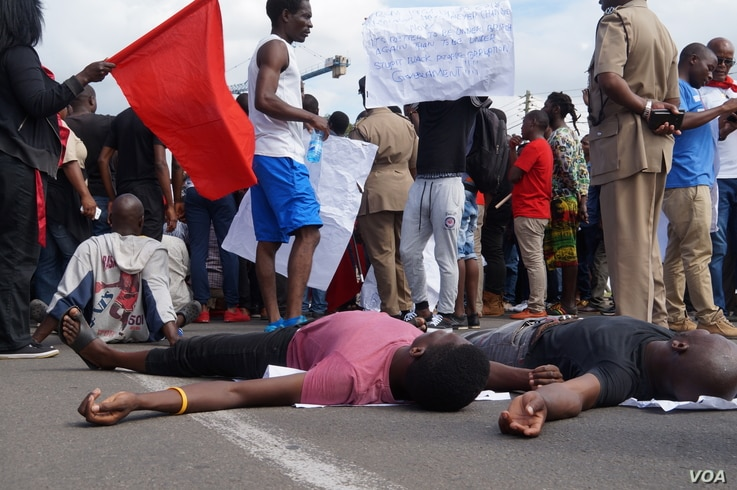 Protesters show their grievances during the anti-government rally in Malawi, April 27, 2018.