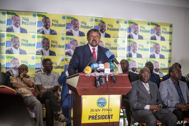 Gabonese opposition leader Jean Ping (C) addresses the media in Libreville, August 29, 2016.