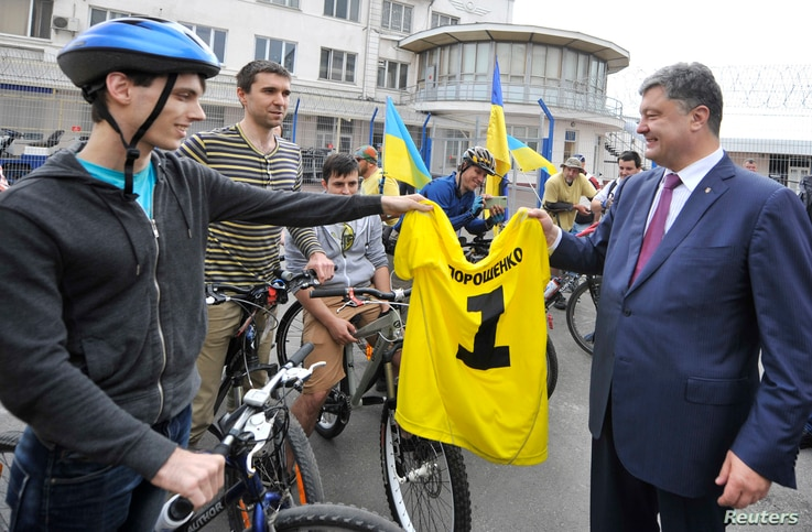 Ukrainian businessman, politician and presidential candidate Petro Poroshenko (R) meets supporters during his election campaign in Odessa May 21, 2014.  REUTERS/Mykola Lazarenko/Pool (UKRAINE - Tags: POLITICS ELECTIONS BUSINESS) - RTR3Q6BD