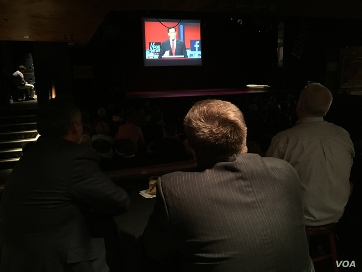 People watch the debate with the American Conservative Union at the House of Blues in Cleveland, August 6, 2015. (Kane Farabaugh/VOA News)