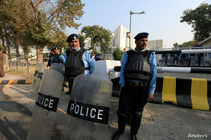 "Policemen keep guard outside the Supreme Court building during the hearing of cases regarding the ""Panama Papers"" leak, in Islamabad, Pakistan, November 1, 2016."
