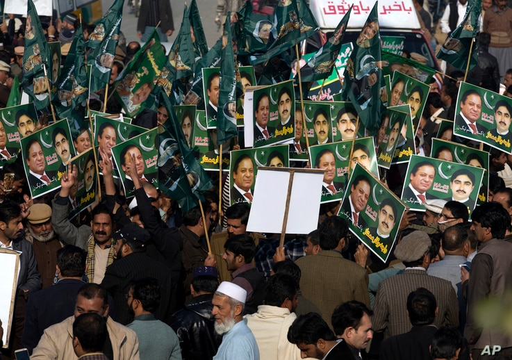 Supporters of former Pakistani Prime Minister Nawaz Sharif gather outside an accountability court in Islamabad, Dec. 24, 2018.