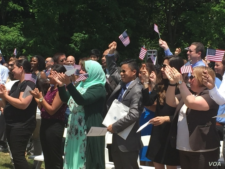 The naturalization ceremony is the last step in the process for people born outside of the United States seeking to become Americans. (J. Oni/VOA)