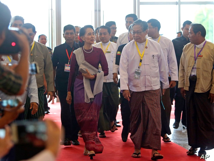 Myanmar's State Counselor Aung San Suu Kyi, center, arrives at the Myanmar International Convention Centre in Naypyitaw, Myanmar, Sept 19, 2017.